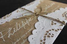 Convite impresso em silk screen no papel artesanal com fibras naturais, detalhe do papel rendado, e rami para o lacre. Inclui tag com nome do convidado.