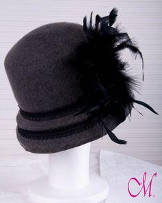 Sombrero París. Cloché de copa recta en gris con pasamaneria y boa de plumas. www.monetatelier.com