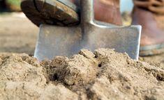 Das Rigolen ist eine spezielle Umgrabetechnik, die viel Kraft und Ausdauer erfordert. Sie eignet sich gut zum Beseitigen von Verdichtungen und Staunässe im Untergrund.