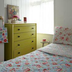 Vintage-Stil-Schlafzimmer mit grünen Brust …Wohnideen Living Ideas