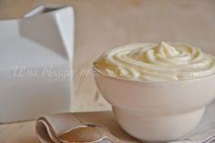 Crema al latte per farcire dolci e torte preparata senza uova, con latte, panna, zucchero e maizena. Soffice e vellutata, si sposa bene con vari ingredienti