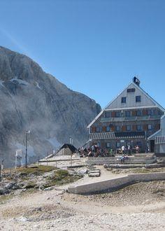 Berghutten zijn een stuk minder primitief dan hun naam doet vermoeden. In Slovenië vind je meer dan 170... #SloveenseVerhalen