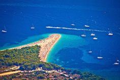 🌍 Пляж Золотой Рог (Средняя Далмация)  Пляжный отдых в Хорватии — это целая философия. Любой из пляжей является экологичным и безопасным. Кроме того, они относятся к достопримечательностям Хорватии, поскольку находятся в экологически благоприятных районах и оснащены богатой туристической инфраструктурой.  Уникальность его заключается в том, что он постоянно меняет свои очертания. Это зависит от ветровой нагрузки и морского течения. Оно может менять направление, корректируя тем самым…
