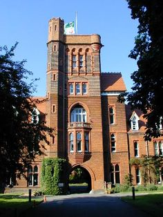 Girton College: Cloisters Court: gatehouse (Paul Waterhouse) Cambridge
