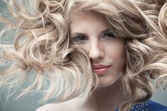 Es frustrante para algunas mujeres el tener el pelo demasiado oscuro a pesar de que su color natural sea el rubio.