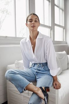"This collection of ""Spring Outfits Casual Street Styles For Women"" are the best option for you. White Shirt Outfits, White Shirt And Jeans, Outfit Jeans, Edgy Outfits, Mode Outfits, Simple Outfits, Fashion Outfits, Womens Fashion, Light Jeans Outfit"