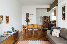 Sala de jantar tem mesa e cadeiras de madeira.
