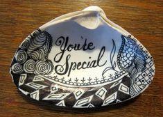 Esta es una idea de regalo único. Este depósito está de la playa de Yorktown, Yorktown, Virginia. Ha sido decorado por zentangle usando marcadores de pintura. ¡Un shell verdadero con verdadero arte