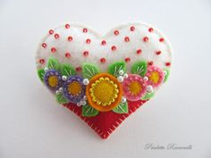Corazón hecho en fieltro con bordado.