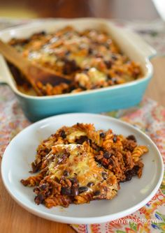and you love a pasta bake? Well this Mexican Pasta Bake is just for you. Rich tomatoey beef chilli with black beans mixed with pasta and topped with cheese and bake in the oven till it is all melted delicious! Great served with Slimming World Pasta Bake, Slimming World Dinners, Slimming World Diet, Slimming Eats, Slimming World Recipes, Slimming World Minced Beef Recipes, Mexican Food Recipes, Vegetarian Recipes, Cooking Recipes