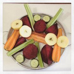 #Saftfasten Tag 23 und ich mache mir einen leckeren #Gemüsesaft aus 2 roten Beten, 2 Karotten, 2 Äpfeln, 1/2 Salatgurke und 2 Selleriestangen - ein echter Energiekick   #coldpressed #drinkyourgreens