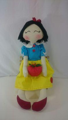 Boneca Branca de Neve coleção fábulas infantis.  Ateliê Voga  Contato elis.voga@gmail.com  WWW.atelievoga.com