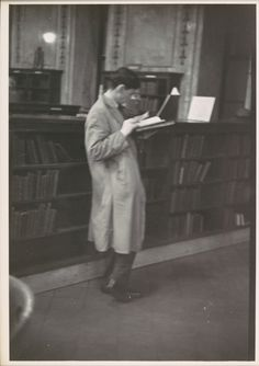 bartleby-company:  Walker Evans : Reader, New York Public Library (1949)