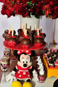 Maçãs de chocolate da Minnie! Mickey 1st Birthdays, Mickey Mouse Clubhouse Birthday Party, Minnie Mouse 1st Birthday, Minnie Mouse Theme, Minnie Mouse Baby Shower, Mickey Mouse Parties, Mickey Party, Birthday Parties, Minnie Mouse Birthday Decorations