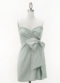This green and white seersucker dress is accented with a large side tie bow, and a sweetheart bodice, for all of you sweethearted ladies out there! Pockets too!!!