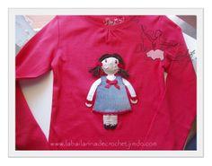 Camiseta con Aplicación de muñeca realizada en crochet y tela