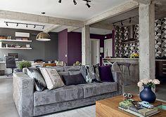 gosto da ilumanação, do rouxo no fundo contrastando com o cinza, as vigas de concreto e o sofá. (porém fucsia). Os azulejos geométricos ao fundo também me agradam.