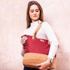 """Unsere Handtasche """"Kira"""" ist leger und stilvoll gestaltet. 👜 Der färbige Baumwollstoff und das natürliche Korkmaterial passen gut zusammen und ergeben ein schlichtes leicht sportliches Design. 👟 Deshalb passt sie gut zu sportlichen Outfits und natürlich zu Kleidung im Casual-Style. Die Tasche bietet viel Platz und es gibt sie in zwei verschiedenen Grautönen, Blau und Rot. 🎨 #Kork #Baumwolle #Korktasche #casual #Verkorkst Blue Fabric, Best Sellers, Leather Backpack, Dark Blue, Burgundy, Tote Bag, Bags, Collection, Design"""