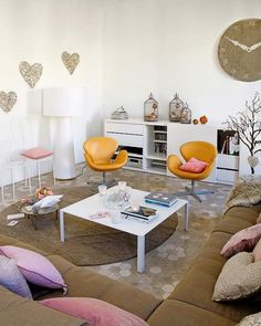 """Retomando a TAG, porque clássico é clássico! Um dos ícones do mobiliário modernista, a Swan Chair foi desenhada em 1958 pelo dinamarquês Arne Jacobsen para o Radisson SAS Royal Hotel de Copenhagen. Como é possível conferir nas fotos abaixo, ela vai """"da feira ao baile"""" com a mesma elegância. Compõe de ambientes clássicos a contemporâneos, …"""