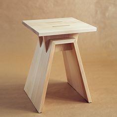 Installé à Ekaterinburg, en Russie, le designer Dmitry Kutlayev a réalisé ce tabouret de bois aux lignes brisées et entrecroisées. Jouant av...