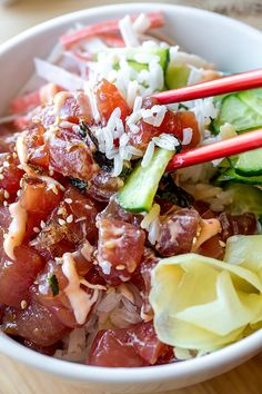 Diet Plan To Lose Weight - Colorful, fresh, light and healthy, this poke bowl with fresh and spicy ahi tuna is your favorite sushi roll in a bowl! Sushi Recipes, Asian Recipes, Cooking Recipes, Healthy Recipes, Fresh Tuna Recipes, Seafood Dishes, Seafood Recipes, Ahi Tuna Poke, Tuna Tacos