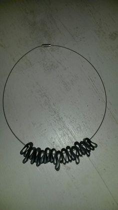 Ketting van staaldraad en stukjes fietsenband