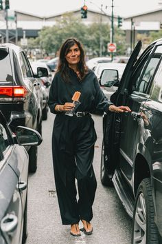 Emmanuelle Alt in all black outfit New York Street Style, Street Style Looks, Emmanuelle Alt Style, Ny Fashion Week, Style Fashion, Fashion Weeks, Fashion Spring, Adventure Style, Smoking