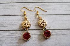 Lange oorbellen - Zand dollar oorbellen goud strand thema rood glas - Een uniek product van MadamebutterflyMeagan op DaWanda