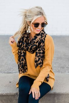 This stunning animal print scarf is the perfect way to stay warm and stylish this fall! Fall Winter Outfits, Autumn Winter Fashion, Look Fashion, Fashion Outfits, Fashion Trends, Fashion Quiz, Fashion Scarves, Fashion Tips, Stylish Outfits
