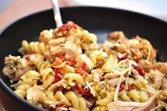 В сочетании макаронных изделий с курицей и капустой брокколи получается просто оригинальное полноценное питательное блюдо.