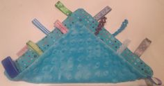 Labeldoekje/kroeldoekje voor je kleintje! Zachte fleece en veel lintjes en bandjes.