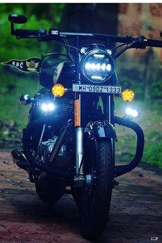 are some of the best custom Royal Enfield motorcycles that we found this week! Motos Royal Enfield, Enfield Bike, Enfield Motorcycle, Motorcycle Logo, Tracker Motorcycle, Street Tracker, Bullet Modified, Himalayan Royal Enfield, Royal Enfield Classic 350cc