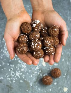 These are my Raw Sticky Toffee Energy Balls! I've made this classic dessert into a decadent energy ball to satisfy your sweet tooth and boost your energy. Raw Food Recipes, Snack Recipes, Healthy Sweet Treats, Healthy Snacks, Yogurt Breakfast, Sticky Toffee Pudding, Gym Food, Classic Desserts, Energy Balls