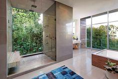 El terreno de esta vivienda en Los Ángeles, plano de un lado y en pendiente del otro, impactó por completo el concepto arquitectónico.