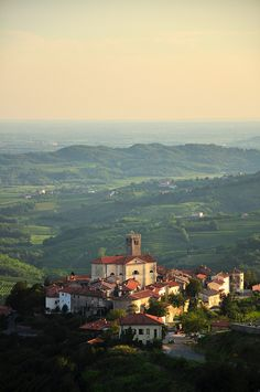La région deGoriska brda offre des paysages uniques en Slovénie. Aucœurde cette magnifiquerégion viticole et de vergers, on trouve Smartno, un minuscule village. Smartno,hameaudel'ouest de la Slovénie, està seulement quelques kilomètres de la frontière italienneet le point de départ pour découvrirla très belle région vinicole de Goriska Brda. Dans cet article, j'explique commentorganiser unevisite sympa…