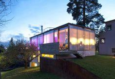LYSENDE VEGGER: Huset lyser som en lanterne om kvelden. Den integrerte led-belysningen gjør det mulig å variere mellom hvitt og farget lys, deriblant rosa. Huset er bygget i randsonen av en tomt der det står et en autentisk funkisvilla fra før. Det nye byggets slektskap med det gamle kan spores i form og i enkelhet. Samtidig forteller materialbruken at dette er et bygg av i dag. Den majestetiske furua og det gamle epletreet forankrer nybygget til tomten og skaper en fornemmelse av at det ...