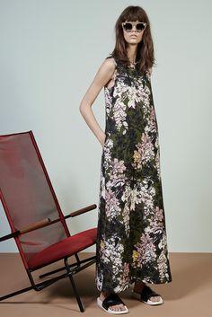 ¿NADA QUE PONERTE? Culminamos la semana con un vestido largo de estampado floral, sandalias planas y enigmáticas gafas de sol, como en la colección crucero 2015 de MSGM.