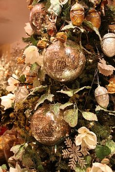 Beautiful, love~❥  A great look that would go well with Burlap and White Christmas