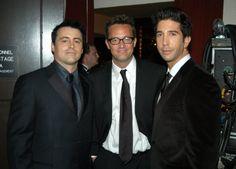 Pin for Later: Ces Photos du Cast de Friends Sur le Tapis Rouge Vont Vous Rappeler à Quel Point la Série Vous Manque  Les garçons posant backstage lors des Emmys en 2003.