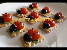 These are small biscuits with cheese spread, cherry tomatoes, black olives, coriander and chives. Culinary Arts Schools, Creative Food Art, Cheese Spread, Food Decoration, Quick Recipes, Cherry Tomatoes, Kids Meals, Delicious Desserts, Sushi