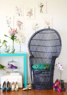 Because flats in a cake stand display complement a peacock chair. Green Furniture, Deco Furniture, Vintage Furniture, Classic Home Decor, Classic House, Decor Interior Design, Interior Decorating, Peacock Chair, Wayfair Living Room Chairs