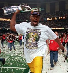 Reggie White of the Packers, and the joy of holding the Lombardi Trophy after Green Bay defeated New England in Super Bowl XXXI (1997).