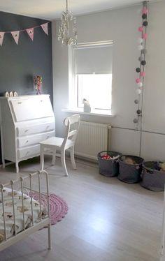Meisjeskamer - Slaapkamer van mijn dochter! 4/5 # grijze wand, gehaakt kleed, debedovertrek Studio Ditte, Minnen Ikea Bed, Cotton Ball Lights, Hema gevlochten manden, Xenos Hanglamp