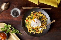 Riz épicé à l'indienne avec œufs pochés