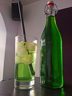 Erfrischender Pfefferminzsirup, ein raffiniertes Rezept aus der Kategorie Alkoho… Refreshing peppermint syrup, a refined recipe from the non-alcoholic category. Vodka Cocktails, Cocktail Drinks, Cocktail Recipes, Liqueur, Vegetable Drinks, Healthy Eating Tips, Non Alcoholic, Detox Drinks, Yummy Drinks