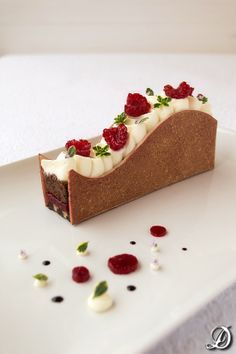 Postre de Cake de Chocolate y Frambuesa con Ganache montada de Tomillo Limón de disfrutando de la comida