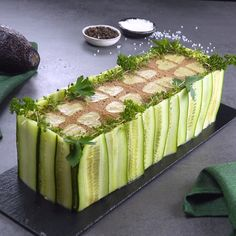 Sommerlicher Brotkuchen Summer cake with bread, guacamole, cream cheese, chicken breast & cucumber. Gourmet Sandwiches, Tea Sandwiches, Appetizer Recipes, Dessert Recipes, Appetizers, Appetizer Dinner, Cake Recipes, Good Food, Yummy Food