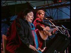 """Joan Baez & Mercedes Sosa (y la Viola Chilensis en espíritu) """"Gracias A La Vida"""" 5 de junio de 1988 en Xanten, Alemania."""