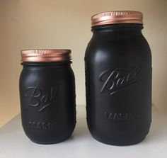 Matte black ball mason jar with a metallic lid, spray painted by hand. A Great way to add to you home decor collection. Can be used as a vase, make up brush holder, pen holder, event/wedding centerpieces and more. Ball Mason Jars, Mason Jar Diy, Kilner Jars, Mason Jar Centerpieces, Wedding Centerpieces, Ikea Deco, Black Spray Paint, Copper Spray Paint, Painted Jars