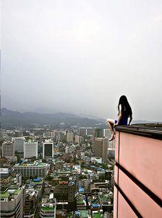 """Fotógrafa coreana é também modelo das fotos em arranha-céus na série """"Self-Portrait"""" (Foto: Ahn Jun)"""